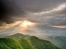 Nubes, cielo sol y tus montañas